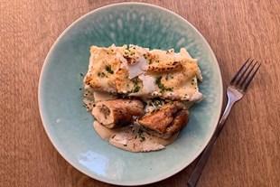 Image de A RECHAUFFER ⸱ Ballottine de poulet fermier, gratin de pâtes et crème de cèpes